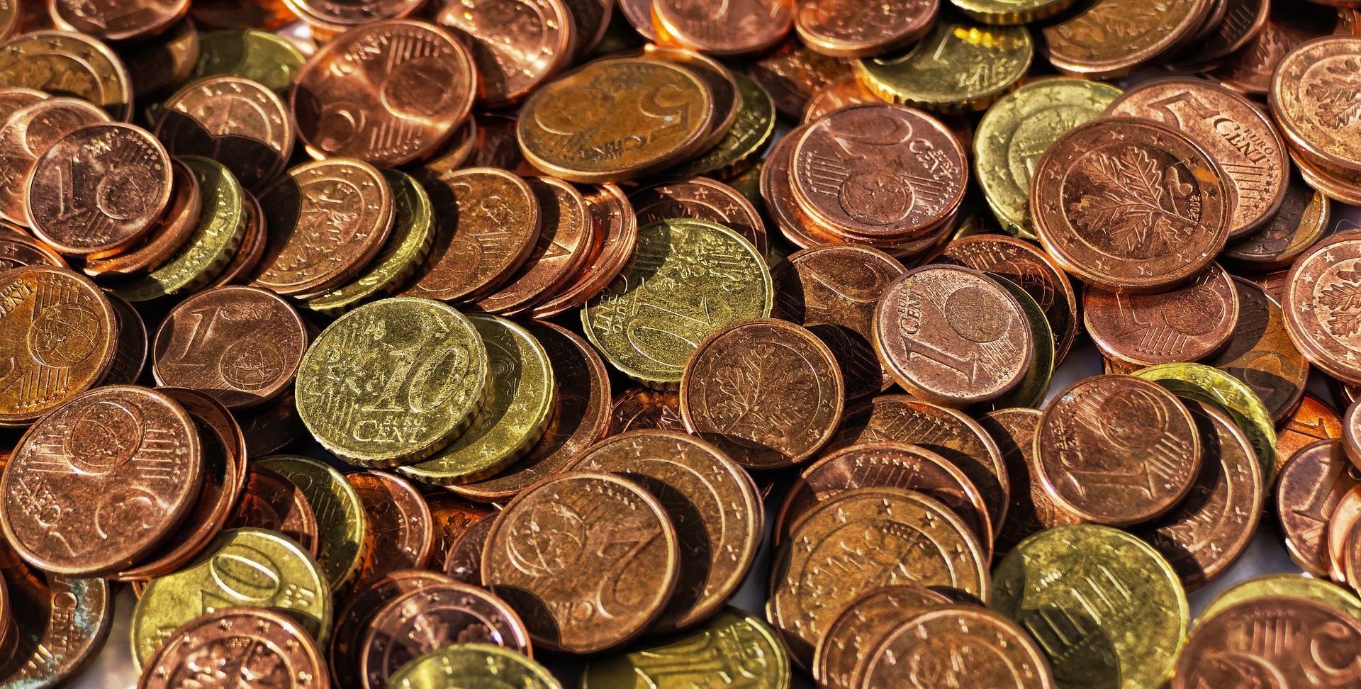 hromada zlatych minci