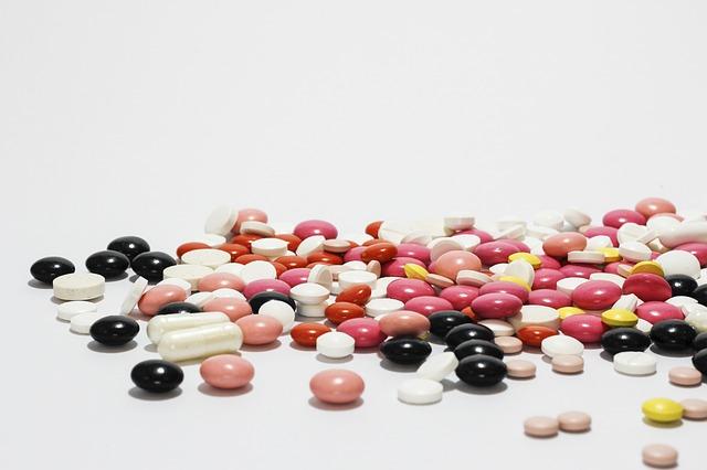 léky, barevné tablety