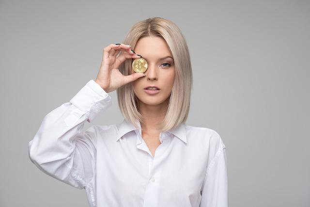 blondýna s mincí