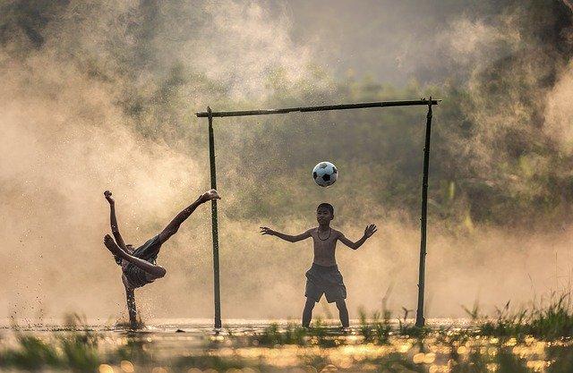 děti hrající fotbal