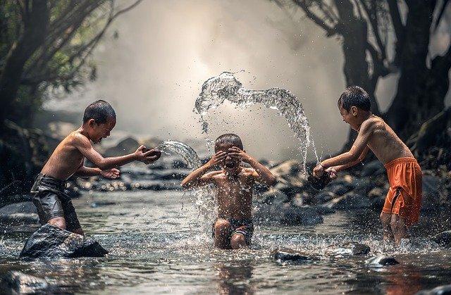 děti hrající si ve vodě